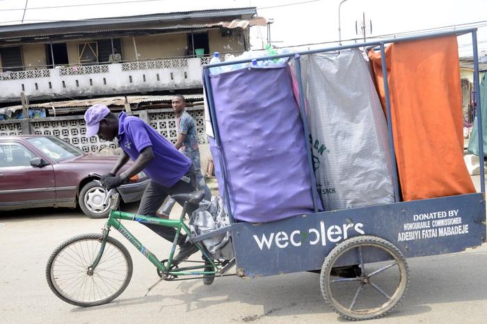 В Нигерии нашли способ борьбы с мусором. Фото: PIUS UTOMI EKPEI/AFP/Getty Images