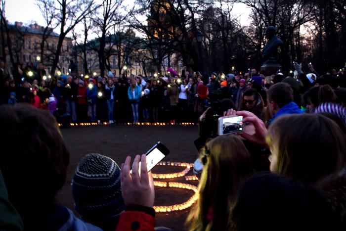 Участники флеш-моба в Александровском саду выложили логотип акции «60+». Фото: Олег Луценко/Великая Эпоха (The Epoch Times)
