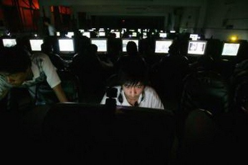 Молодой человек в Интернет-салоне города Ухань, Китай. Фото: Cancun Chu/Getty Images
