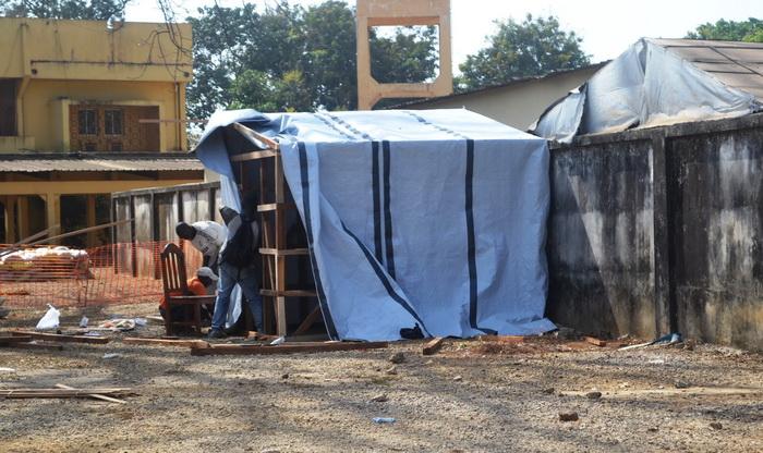 Рабочие сооружают палатку в изолированной зоне, где есть пациенты с подозрением на лихорадку Эбола. Несколько случаев  заболевания смертельно опасной лихорадкой Эбола зафиксированы в столице Гвинеи Конакри 29 марта 2014 года. Фото: CELLOU BINANI/AFP/Getty Images