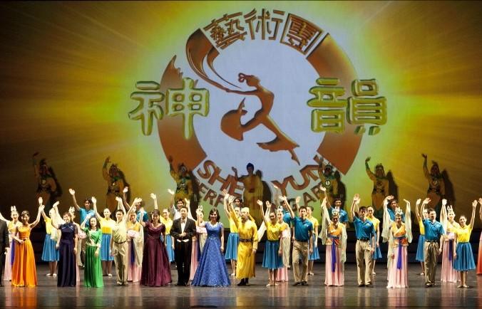 Исполнители танцевальной труппы Shen Yun прощаются со зрителями после второго концерта в театре Hamilton Place, Канада, январь 2013 года. Недавно китайские чиновники попытались запретить выступление Shen Yun в Испании. Фото: Evan Ning/Epoch Times