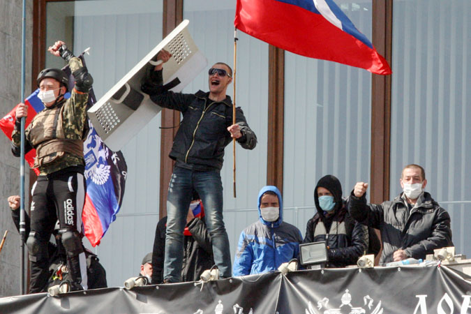 Активисты, захватившие здание областной администрации в Донецке, 7 апреля, 2014 год. Фото: Alexander KHUDOTEPLY/AFP/Getty Images