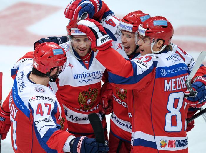 Павел Дацюк (второй слева) и другие хоккеисты сборной России. Фото: ALEXANDER NEMENOV/AFP/Getty Images