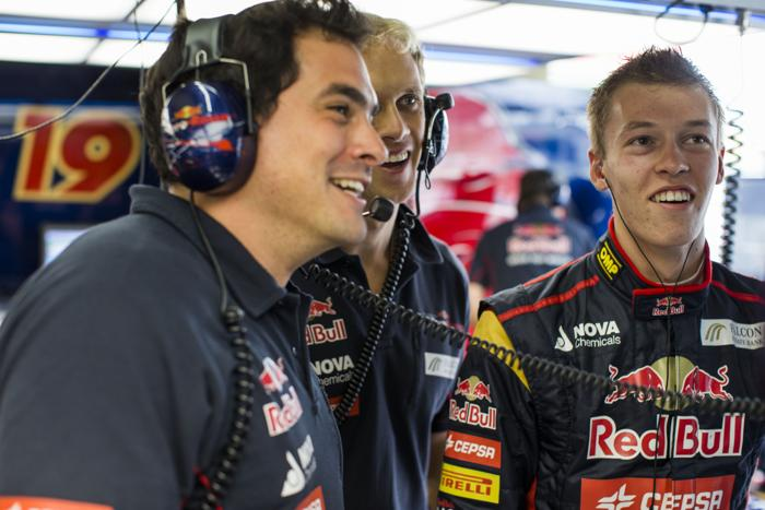 Российский пилот «Формулы-1» Даниил Квят (справа) на Гран-при в Сан-Паулу (Бразилия) 23 ноября 2013 года. Фото: Peter Fox/Getty Images