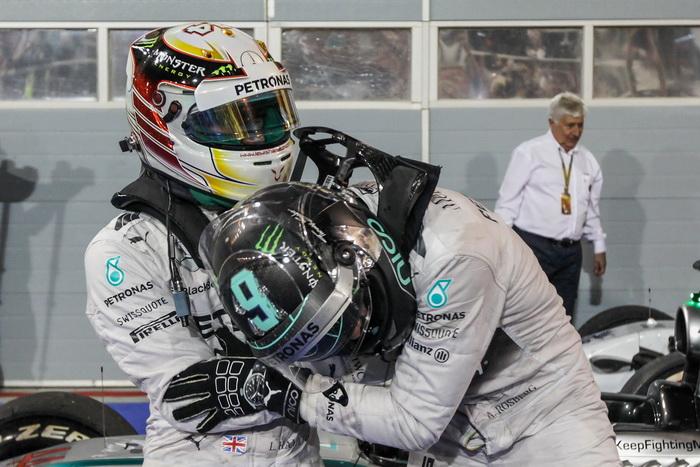 Победитель Гран-при «Формулы-1» в Бахрейне Льюис Хэмилтон (слева) и его напарник по команде Нико Роберг, занявший второе место, празднуют после прибытия на финиш 6 апреля 2014 года. Фото: Ker Robertson/Getty Images