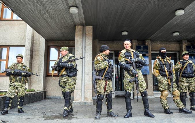 Здание областной администрации, захваченное вооружёнными людьми с георгиевскими ленточками, Славянск, 14 апреля, 2014 год. Фото: GENYA SAVILOV/AFP/Getty Image