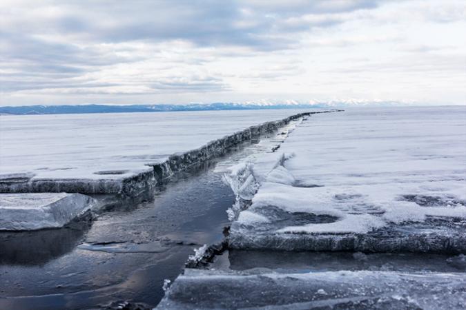 Трещина во льду Байкала, март 2014 года. Фото: Нина Апёнова/Великая Эпоха