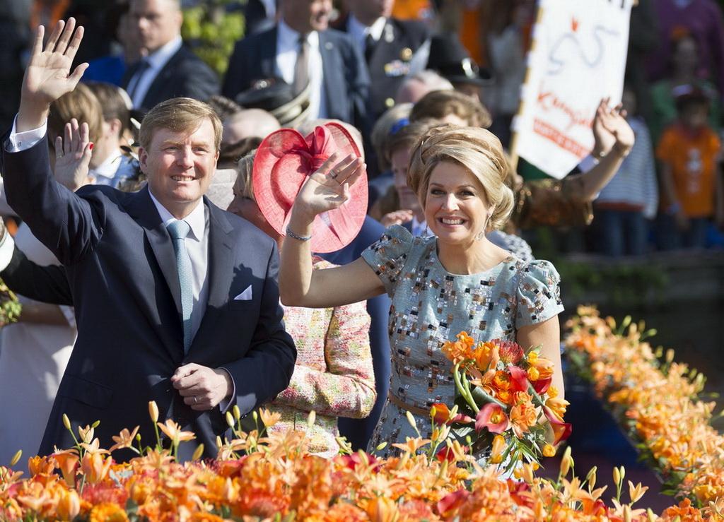 Король Нидерландов Виллем-Александер со своей супругой Максимой на праздновании Дня короля в городе  Графт-Де-Рейл, Нидерланды, 26 апреля, 2014 год. Фото: Michel Porro/Getty Images