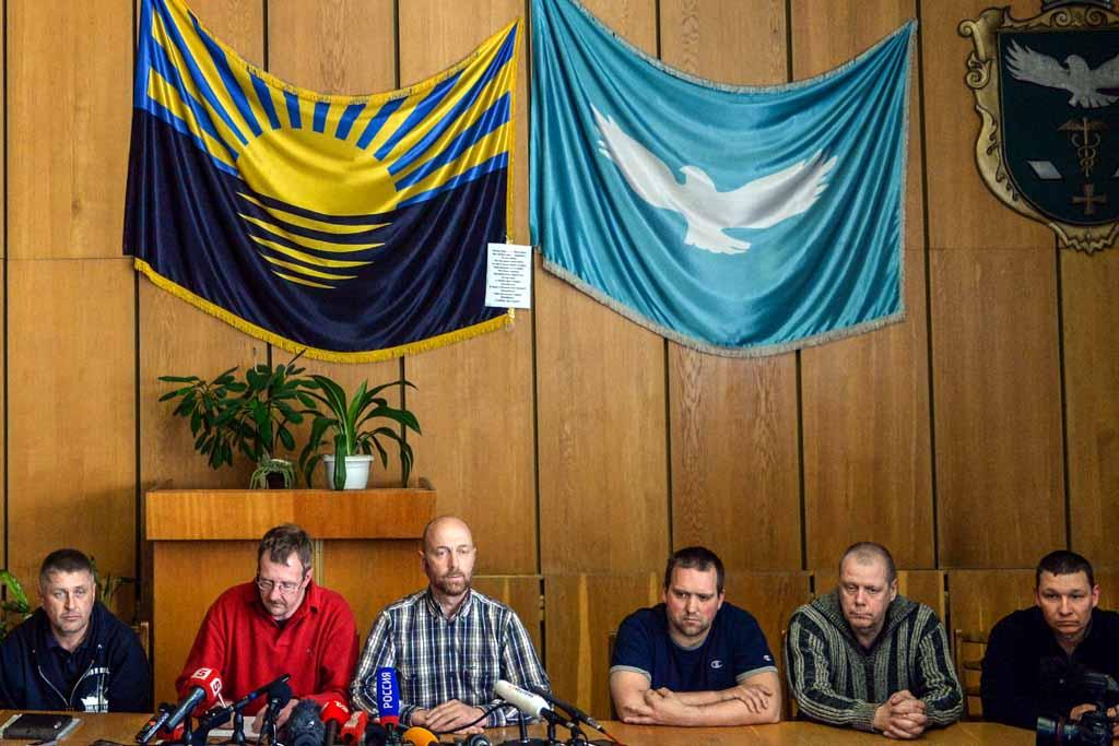 Восемь наблюдателей ОБСЕ, захваченных лидером «Народного движения Славянска» Вячеславом Пономарёвым, приняли участие в пресс-конференции, 27 апреля, 2014 год. Фото: VASILY MAXIMOV/AFP/Getty Images