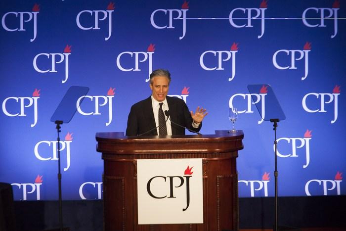Популярный телеведущий США Джон Стюарт выступает на заседании Комитета по защите журналистов, Нью-Йорк, 26 ноября, 2013 год. Фото: Michael Nagle/Getty Images for Committee to Protect Journalists