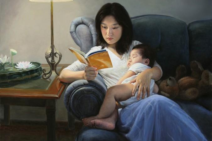 Картина Чэнь Сяопин «Просветление». Женщина, озарённая духовным светом, читает книгу о практике Фалуньгун, её ребёнок в это время спит у неё на руках. Картина отражает гармонию между духовным совершенствованием и обычной семейной жизнью. Фото: The Art of Zhen Shan Ren International Exhibition