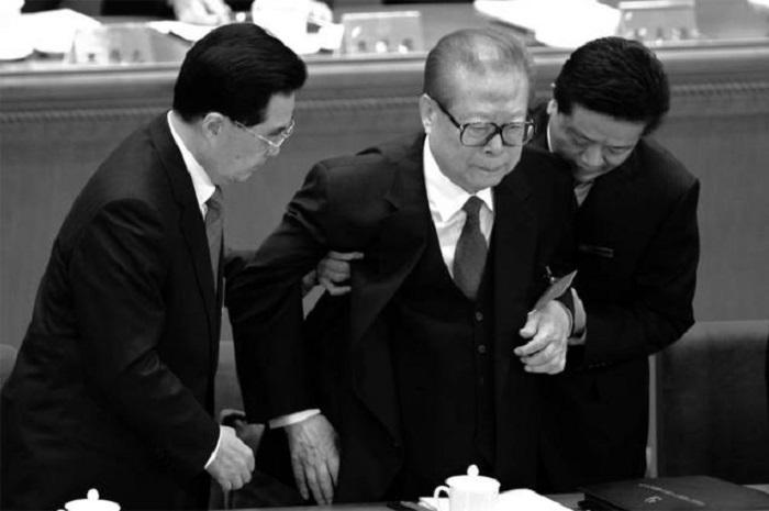 Цзян Цзэминь на съезде компартии Китая в ноябре 2012 года. Тогда он выглядел «поживее», чем сейчас. Теперешний его противник, тоже бывший лидер Китая Ху Цзиньтао (слева) поддерживал его на съезде. Фото: Goh Chai Hin/AFP/Getty Images