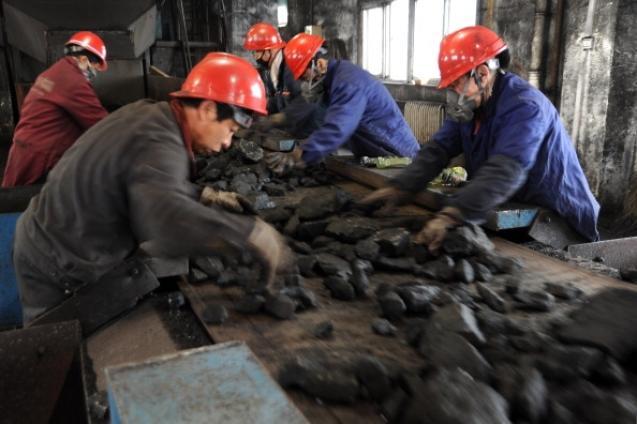 2014 станет тяжёлым для угольной промышленности Китая. Фото: STR/AFP/Getty Images