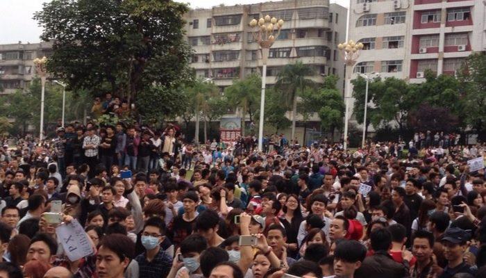 В китайском городе Маомин не прекращаются массовые протесты