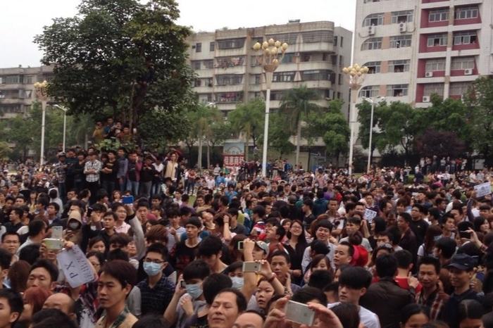 Протесты против строительства химического завода. Город Маомин. 3 апреля 2014 года. Фото с epochtimes.com