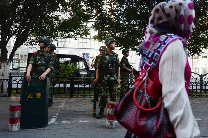 Китайская военизированная полиция в г. Урумчи, Синьцзян-Уйгурский автономный район, июнь 2013 года. Из-за жестоких репрессий в Китае некоторые отчаявшиеся уйгуры пытаются бежать в другие страны. Фото: Mark Ralston/AFP/Getty Images