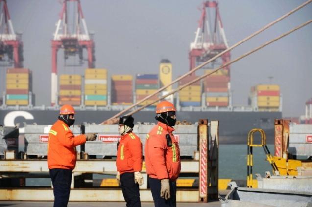 Снижающийся экспорт и импорт Китая тянет вниз всю морскую мировую торговлю. Фото: STR/Getty Images