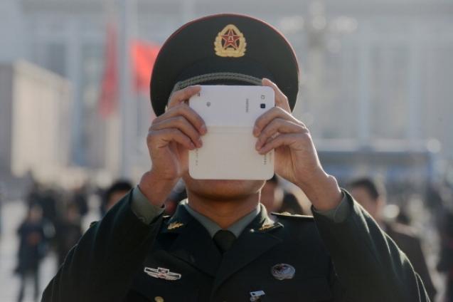 Интересно, что за этим стоит? Последняя «декларация лояльности» была опубликована китайскими военными в 1977 году, вскоре после падения «банды четырех». Фото: Goh Chai Hin/AFP/Getty Images