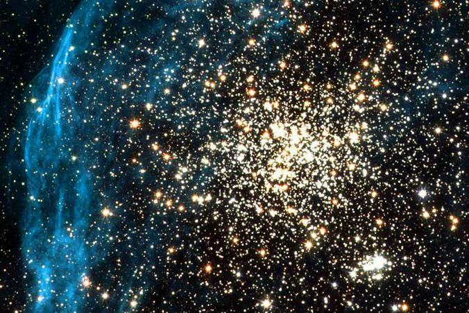 Космический телескоп Хаббл НАСА сделал снимок молодого, шарообразного звёздного скопления, не имеющего аналогов в нашей галактике Млечный Путь. Фото: NASA, ESA, and Martino Romaniello