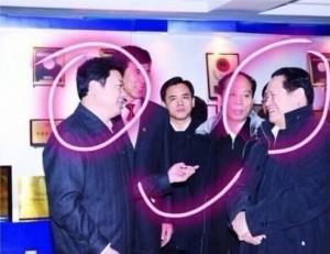 Слева председатель райкома партии Суй Фэнфу, справа бывший главный полицейский, а ныне находящийся под следствием, Китая Чжоу Юнкан. Фото с epochtimes.com