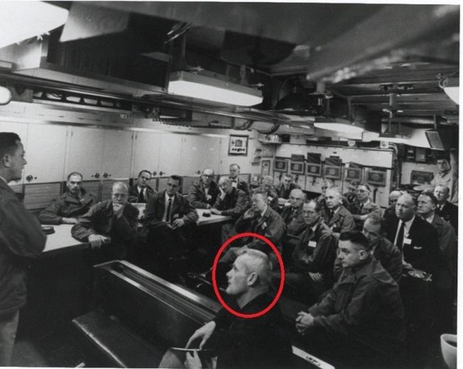 Человек на переднем плане по имени Валиант Тор предположительно был пришельцем с Венеры и работал на правительство США. Фото было продемонстрировано Филом Шнайдером в 1995 г.