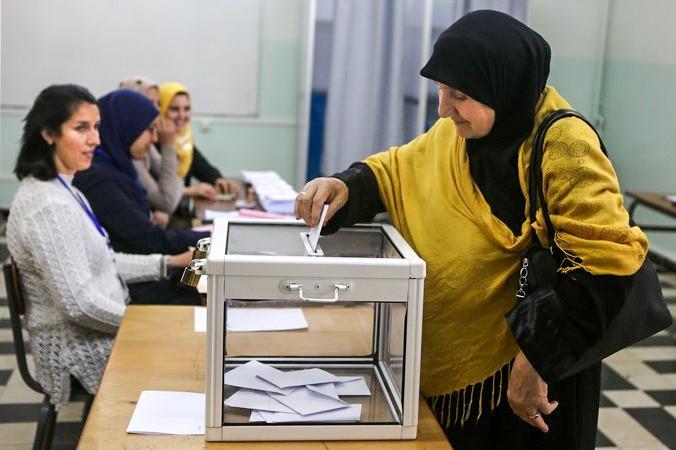 В Алжире в день выборов президента прошли акции протеста. Фото: PATRICK BAZ/AFP/Getty Images