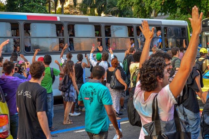 Протест в Рио-де-Жанейро. Фото: YASUYOSHI CHIBA/AFP/Getty Images