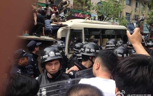 Многотысячный протест против произвола полиции прошёл в Китае