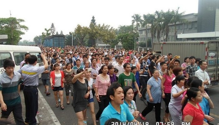 Десятки тысяч рабочих обувной фабрики продолжают бастовать в Китае