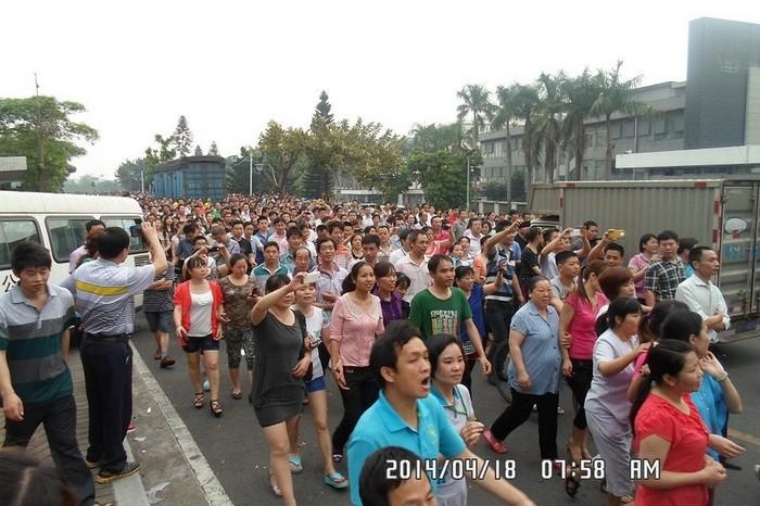 Забастовка рабочих обувной фабрики. Провинция Гуандун. 18 апреля 2014 года. Фото с epochtimes.com