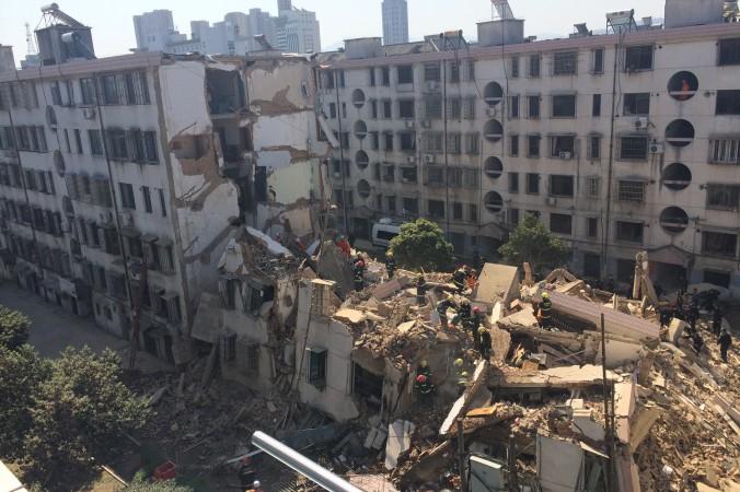 В городе Фэнхуа провинции Чжэцзян 4 апреля рухнул жилой дом. Один человек погиб, шестеро получили тяжёлые ранения. Фото: ChinaFotoPress via Getty Images