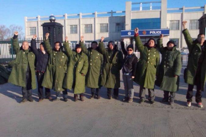 10 юристов и активистов 27 марта протестовали около полицейского участка города Цзяньсаньцзян провинции Хэйлунцзян, призывая освободить задержанных правозащитников, выступающих против задержания граждан в «чёрной» тюрьме. Китайские активисты сообщили, что объект был закрыт 28 апреля 2014 года. Фото: телекомпания NTD