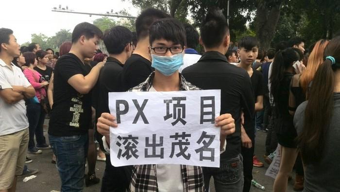 Протесты против строительства химического завода. Город Маомин провинции Гуандун. 31 марта 2014 года. Фото с epochtimes.com