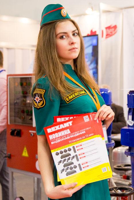Девушка рекламирует готовый комплект видеонаблюдения.  Фото: Сергей Лучезарный/Великая Эпоха