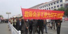 В Китае бастуют сотни учителей