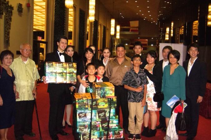 Лайза Хуан и её 10 родственников купили подарки для артистов международной компании Shen Yun Performing Arts. Фото: Lily Yu/Epoch Times