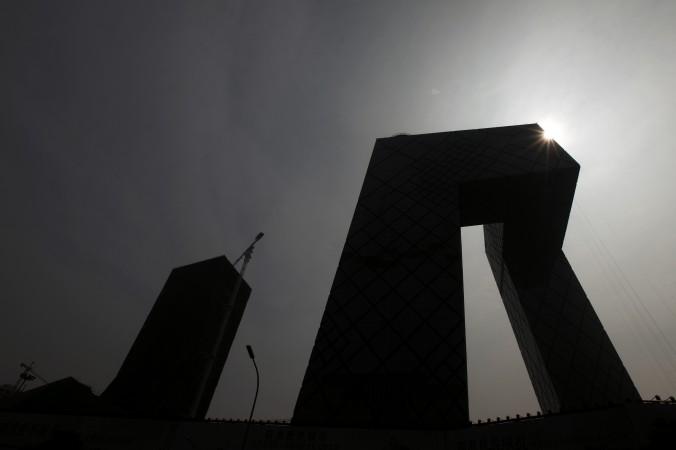 Здание Центрального телевидения Китая (CCTV) в Пекине 13 августа 2010 года. Телевидение является ключевой частью пропагандистской системы китайского режима, которая переживает политическую чистку, сопровождающуюся несколькими самоубийствами чиновников. Фото: Franko Lee/AFP/Getty Images