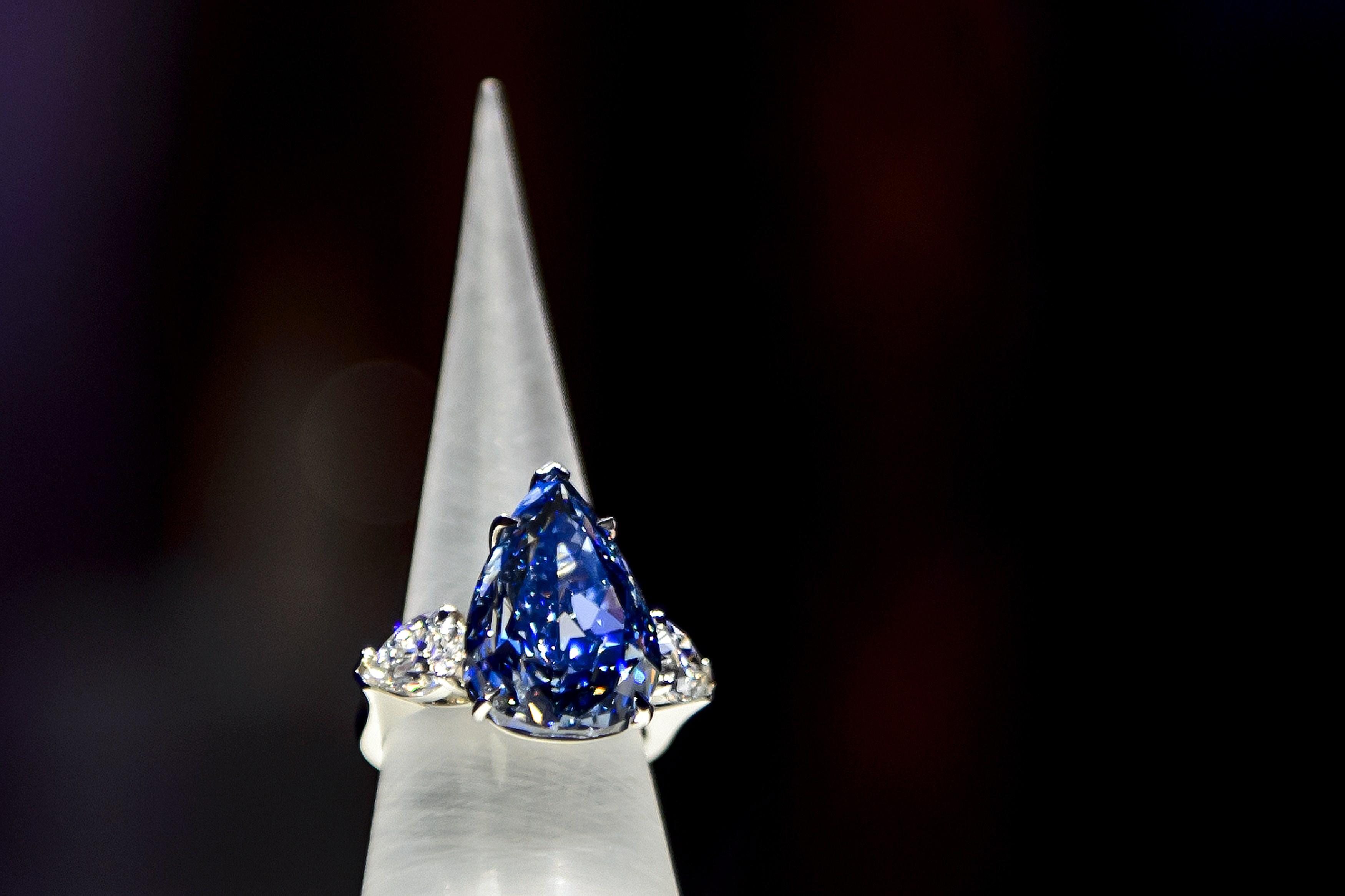 Крупнейший в мире голубой бриллиант весом в 13,22 карата был продан за $23,8 млн на аукционе ювелирных изделий, прошедшем в Женеве, 14 мая, 2014 год. Фото: FABRICE COFFRINI/AFP/Getty Images