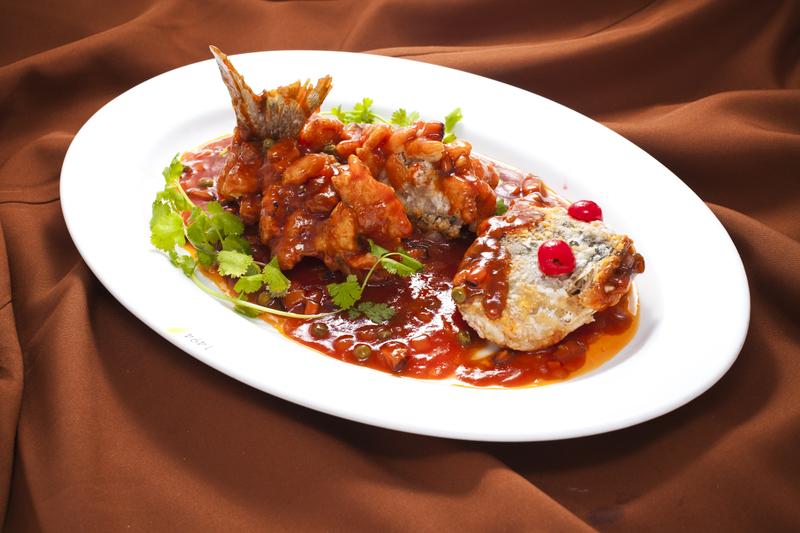 Рыба-белка — китайское блюдо в провинции Шаньдун из жареной рыбы, приготовленной в форме белки в кисло-сладком соусе. Фото: Ай Дэхуа/Великая Эпоха