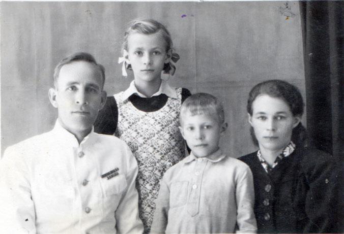 Семейная фотография 1949 года: отец Галины Никитиной в форме майора медицинской службы, сама Галина Никитина, её брат и мама. Фото предоставлено Галиной Никитиной