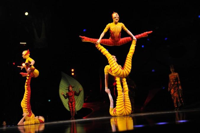 Акробаты труппы Cirque du Soleil в костюмах муравьев выступают в Сиднее в сентябре 2012 г. Невербальное общение между гимнастами представляет собой форму ци. Фото: ROMEO GACAD/AFP/GettyImages