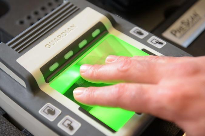 Сканер отпечатков пальцев в посольстве Франции в Пекине, 8 сентября 2012 года. Инцидент с поддельными паспортами недавно привлёк внимание китайской общественности. Фото: Ed Jones/AFP/GettyImages