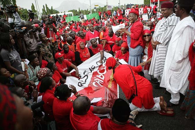 Лидер гражданского общества Оби Эзеквезили говорит с нигерийцами, протестующими против хищения школьниц в Нигерии, перед резиденцией президента в Абудже 22 мая 2014 года. Фото: WOLE EMMANUEL/AFP/Getty Images