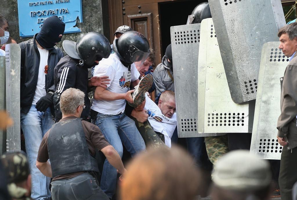 Захват ополченцами областной прокуратуры Донецкой области, 1 мая, 2014 год. Фото: Scott Olson/Getty Images