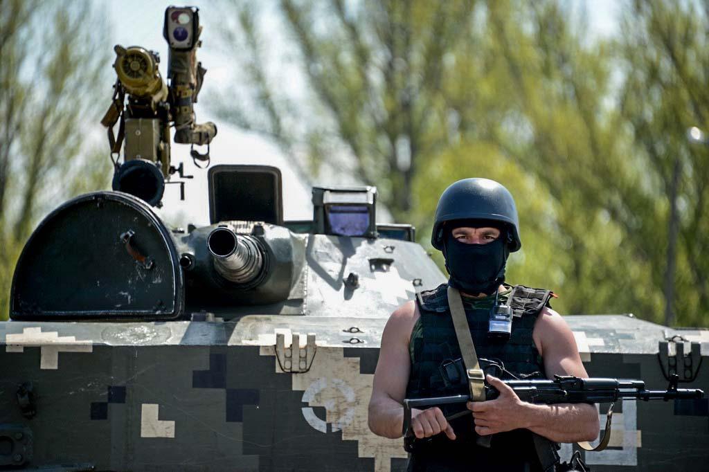 Украинские солдаты вблизи Славянска. KIRILL KUDRYAVTSEV/AFP/Getty Images