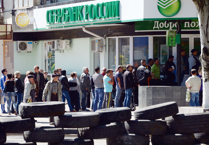 Люди стоят в очереди, чтобы снять деньги с банковских карт. Славянск,  7 мая 2014 года. Фото: VASILY MAXIMOV/AFP/Getty Images