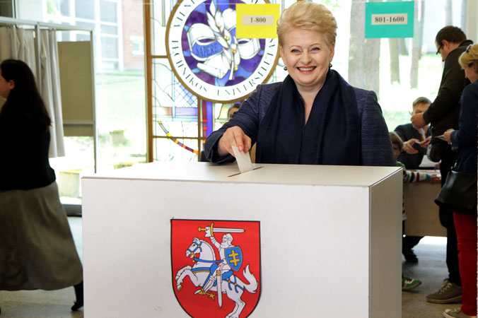 Президент Литвы Даля Грибаускайте голосует во время первого тура президентских выборов в Вильнюсе 11 мая 2014 года.  Фото: PETRAS MALUKAS/AFP/Getty Images