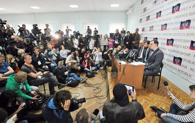 Пресс-конференция, на которой были представлены результаты референдумов, проведённых в двух восточных регионах Украины накануне в Донецке, Украина. 12 мая 2014 года. Фото: GENYA SAVILOV/AFP/Getty Images
