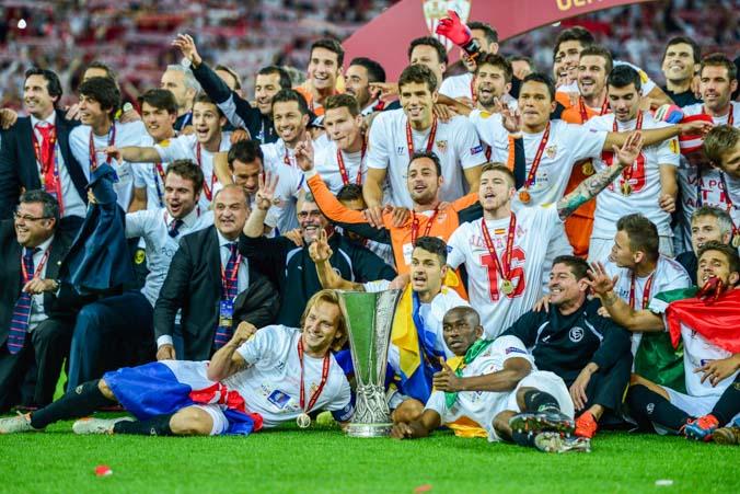 Футбольный клуб Испании «Севилья» празднует победу в Лиге Европы 14 мая 2014 года в Турине. Фото: Jamie McDonald/Getty Images
