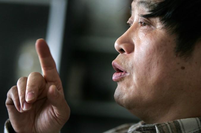 Сюй Ююй, профессор философии из Китайской академии социальных наук и бывший хунвейбин, размышляет о «культурной революции» в своём доме в Пекине 28 апреля 2006 года. Сорок лет назад, 16 мая 1966 года, председатель Мао Цзэдун начал печально известную «культурную революцию». Десятилетие террор и насилие преследовали страну и народ. Катастрофа унесла миллионы жизней и привела Китай к экономическому и социальному коллапсу. Фото: Frederic J. Brown/AFP/Getty Images